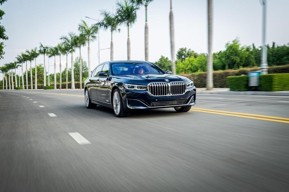 BMW 740Li Pure Excellence 2020 sử dụng bộ mâm 20 inch mạ crôm đi kèm lốp run-flat