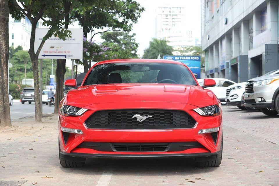 Số lượng dòng xe thể thao Ford Mustang thế hệ thứ 6 tại Việt Nam đã có hơn 60 chiếc, vì thế, giới mê xe đã bắt đầu nhẵn mặt với các mẫu xe này dù có không ít xe thuộc bản nâng cấp đời 2018. Tuy nhiên, gần đây các bạn trẻ đã có dịp xôn xao với hình ảnh một chiếc xe thể thao Ford Mustang 2020 với màu sơn đỏ.