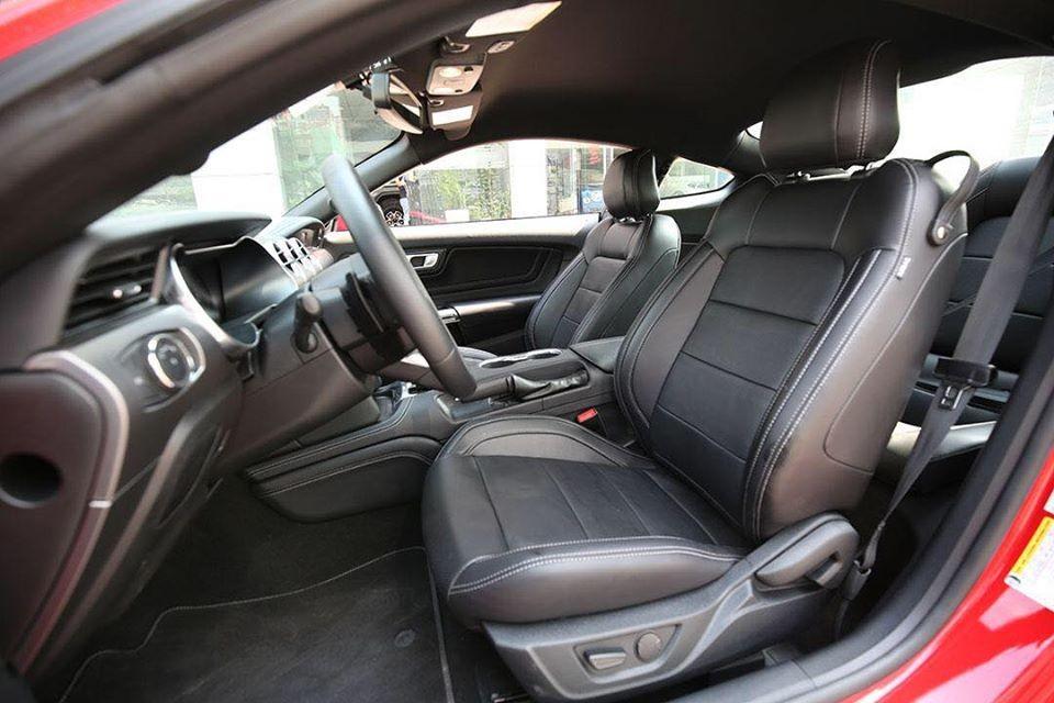 Khác với chiếc xe Ford Mustang 55th Edition ở Sài thành có ghế ngồi bọc da 2 màu tương phản, mẫu xe thể thao Ford Mustang 55th Edition ở Hà Nội được bọc duy nhất màu đen.