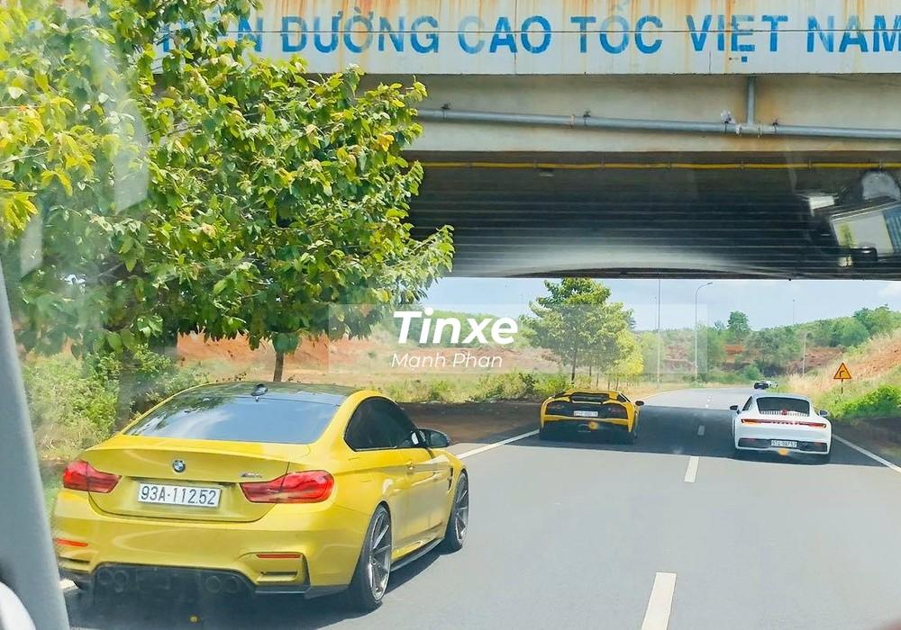 Chiếc BMW M4 của người yêu xe tại Bình Phước di chuyển cùng các siêu xe lên Đà Lạt. Phía trước là Lamborghini Aventador S LP740-4 và Porsche 911 Carrera S 2020 do Cường Đô-la lái