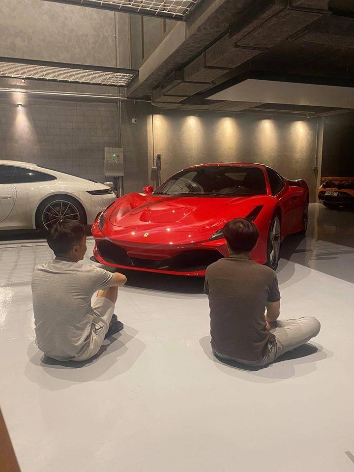 Cường Đô-la áo thun xám và quần sọc màu trắng cùng chiếc siêu xe Ferrari F8 Tributo mới mua của mình