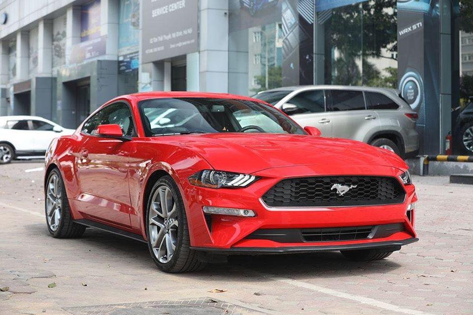 Ở bên ngoài dòng xe Ford Mustang 55th Edition không có nhiều sự thay đổi hay điểm nhấn ở ngoại hình so với các phiên bản tiêu chuẩn. Ngoại thất chiếc Ford Mustang 55th Edition này có màu sơn đỏ với các chi tiết sơn màu đen để tạo điểm nhấn.