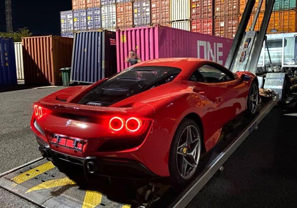 Siêu xe Ferrari F8 Tributo có kiểu đèn hậu đôi dạng tròn. Hai phiên bản gần đây nhất là Ferrari 458 Italia và Ferrari 488 GTB sử dụng đèn hậu tròn dạng đơn