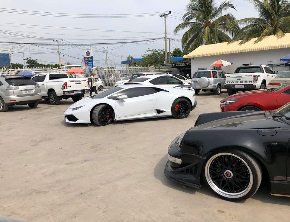 Ngoài chiếc Porsche 930 Turbo độ RUF mang biển CoVi.19 được đem đi đăng kiểm còn có một chiếc siêu xe Lamborghini Huracan màu trắng