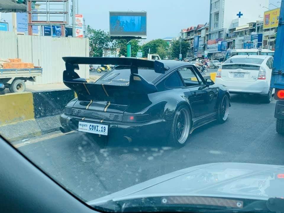 Xe thể thao Porsche 930 Turbo độ RUF mang biển CoVi.19 trên đường phố Campuchia