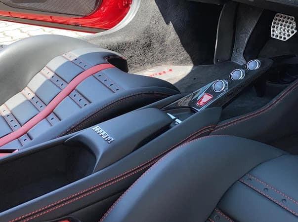 Các chi tiết trong khoang lái được ốp carbon.