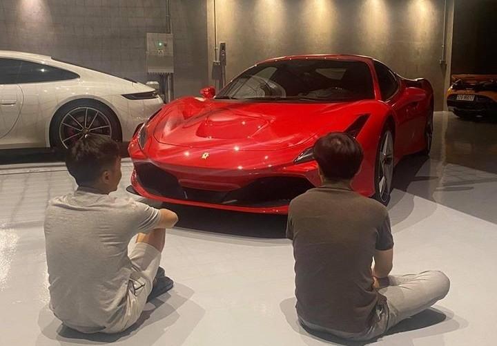 Cường Đô-la ngồi ngắm đồ chơi mới Ferrari F8 Tributo được vợ mua tặng. Ảnh: FBNV