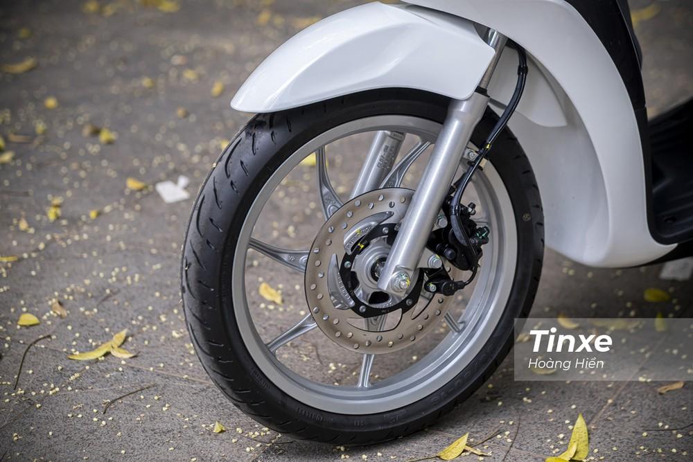 Piaggio Liberty 50cc chỉ có phanh đĩa bánh trước và phanh tang trống bánh sau. Xe cũng không có ABS.