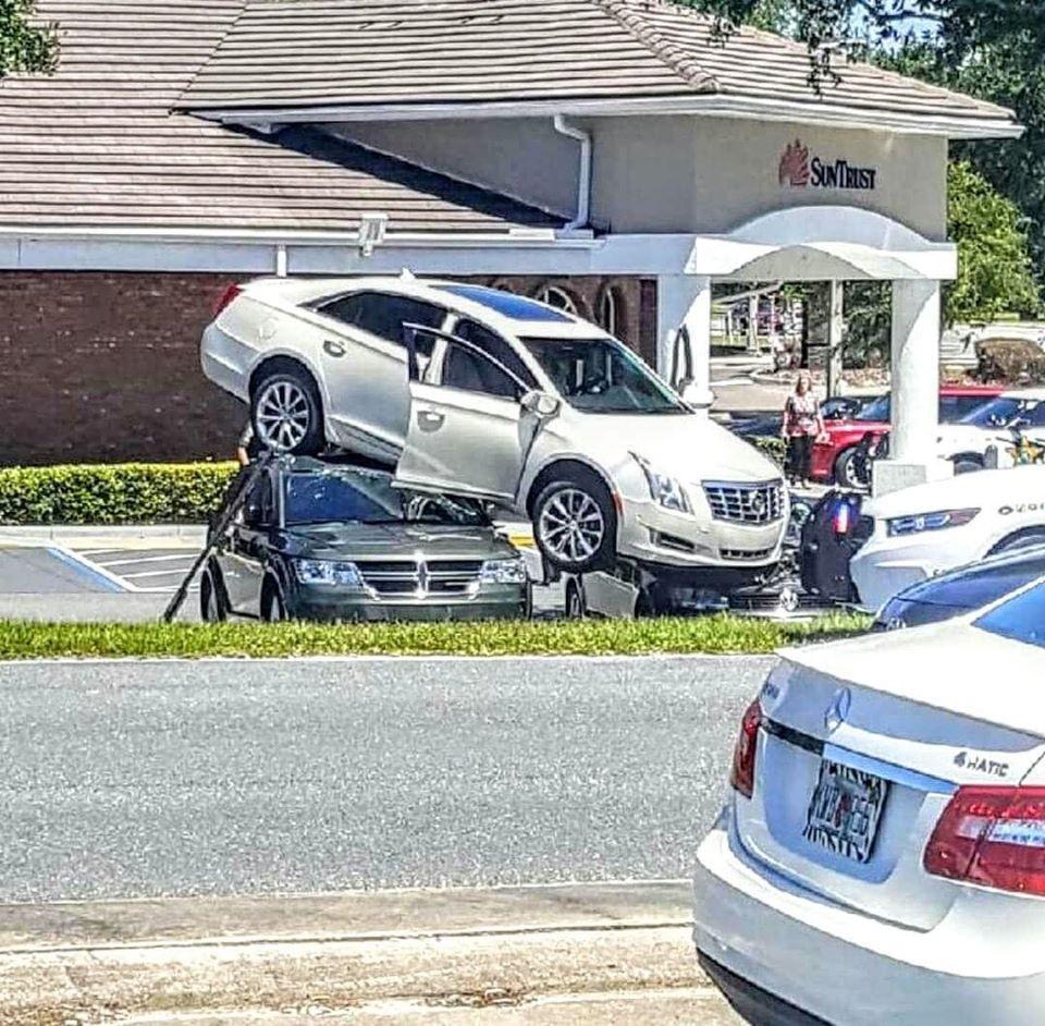 Cả 3 chiếc ô tô đều bị hư hỏng sau vụ tai nạn