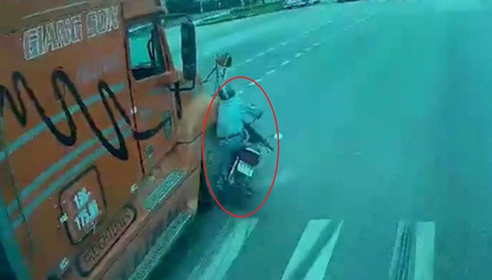 Chiếc xe container va chạm với người đi xe máy sang đường