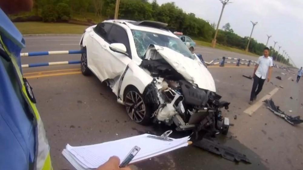 Các mảnh vỡ của chiếc ô tô nằm vương vãi trên mặt đường