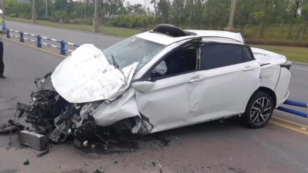 Chiếc ô tô bị hư hỏng nặng sau vụ tai nạn
