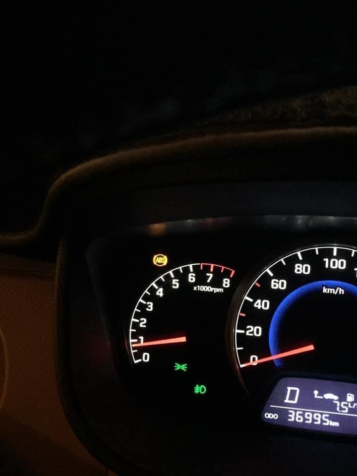 Hyundai Grand i10 báo lỗi hệ thống chống bó cứng phanh ABS.