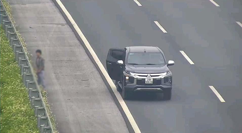 Tài xế dừng xe trên cao tốc Hà Nội - Hải Phòng để đi vệ sinh