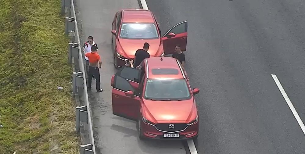 2 chiếc ô tô dừng trên cao tốc Hà Nội - Hải Phòng