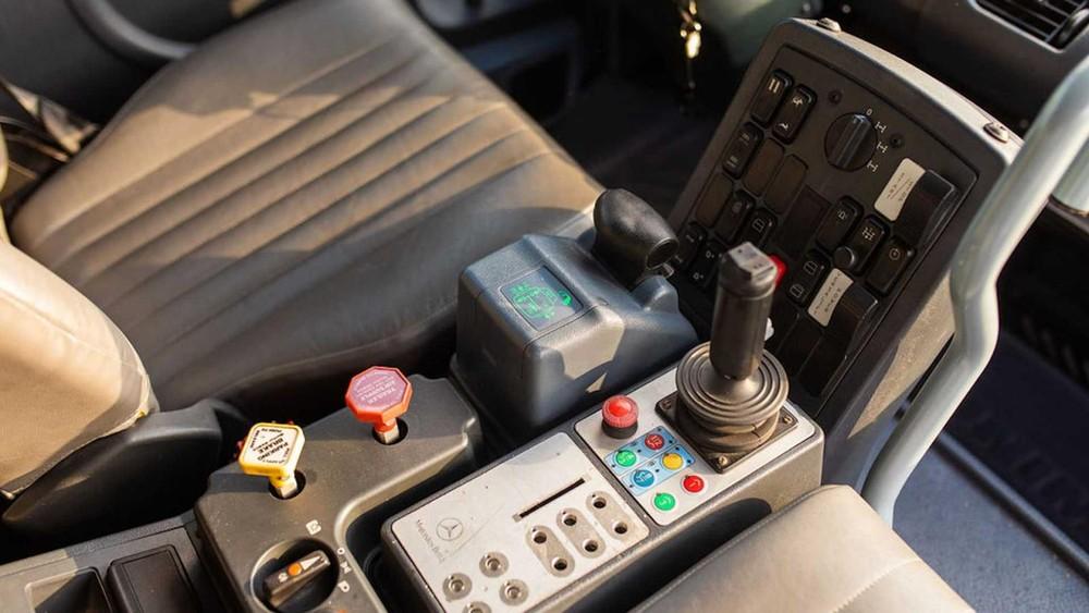 Mercedes Unimog U500 2004 có nhiều tính năng và nút điều khiển đặc biệt