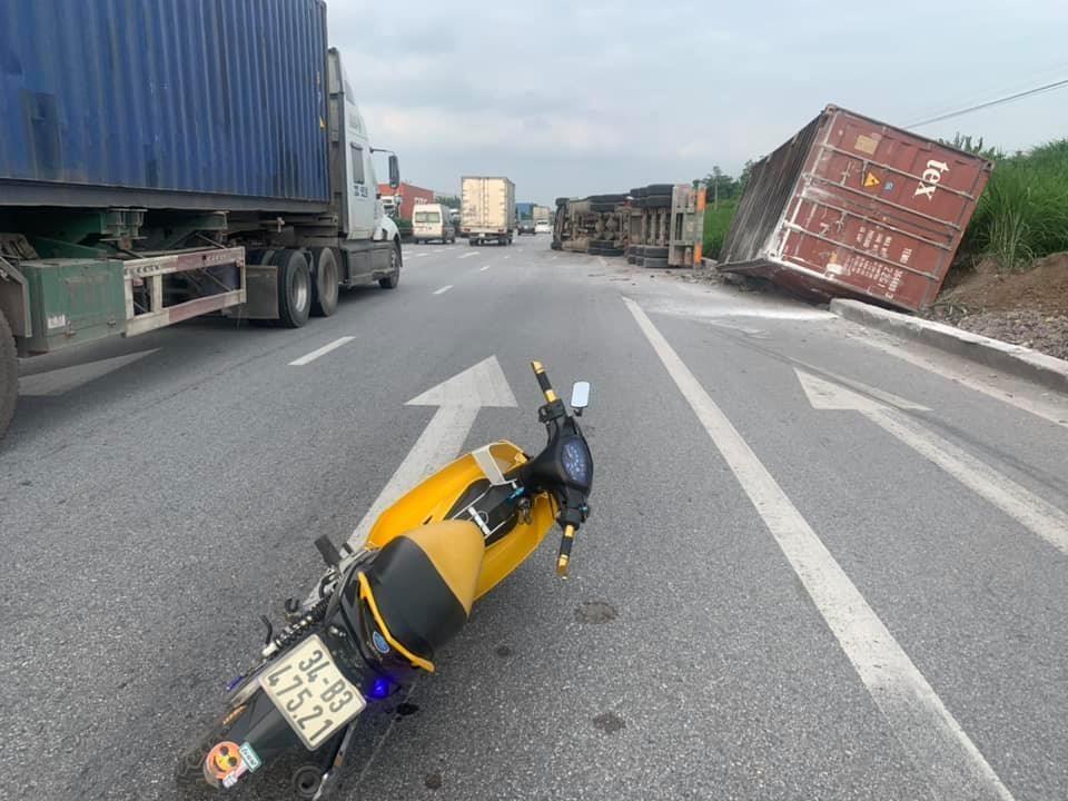 Chiếc xe container nằm đổ bên lề đường