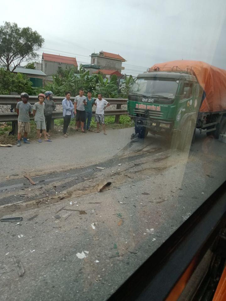 Chiếc ô tô tải bị hư hỏng phần đầu xe