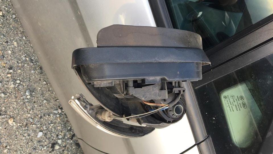 Gương chiếu hậu xe ô tô bị vỡ