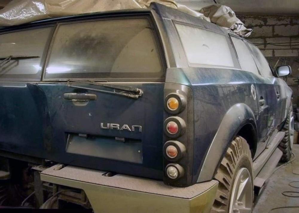 Chiếc SUV chế tạo thủ công này có lẽ đang bị bỏ không tại một garage nào đó