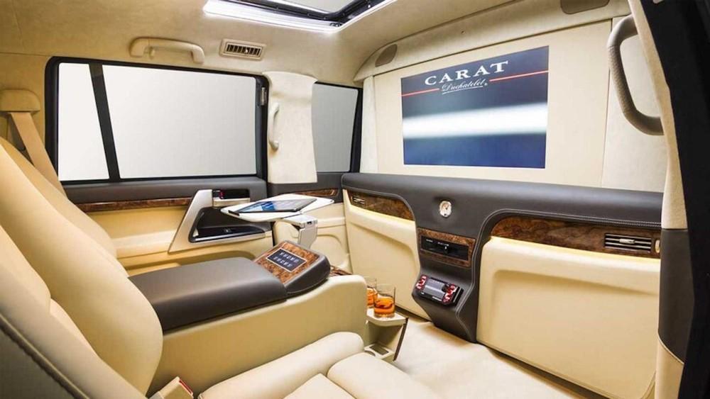 Xe có lắp đặt một màn hình giải trí lớn trên vách ngăn phía trước và sau