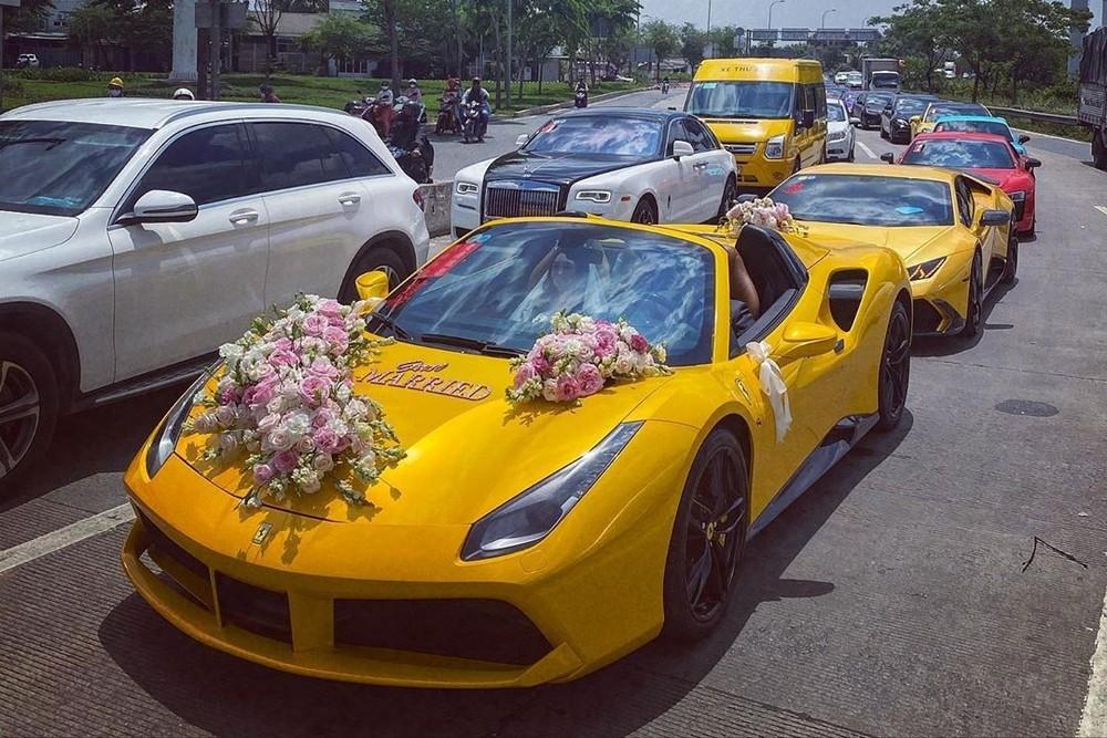 Chiếc siêu xe mui trần Ferrari 488 Spider làm xe đưa dâu, theo sau là cặp siêu xe Lamborghini Huracan LP610-4 độ Mansory và Audi R8 V10 Plus