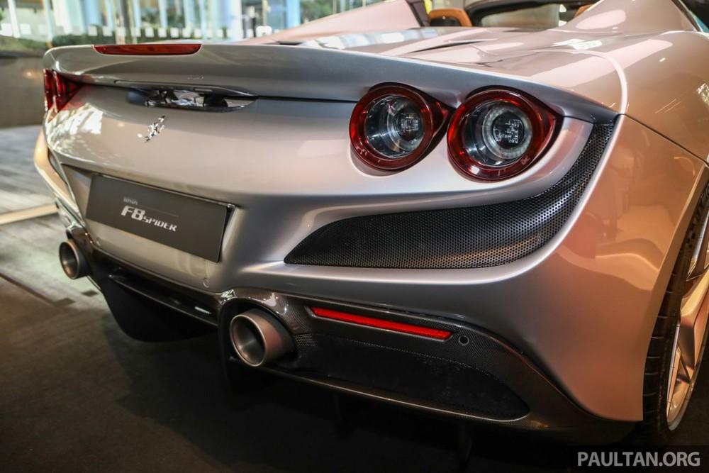 Bên cạnh trọng lượng được giảm cân, siêu xe mui trần Ferrari F8 Spider còn sở hữu thiết kế khí động học tốt và hiệu quả hơn 10% so với mẫu xe tiền nhiệm là Ferrari 488 Spider đã có 3 chiếc về Việt Nam.