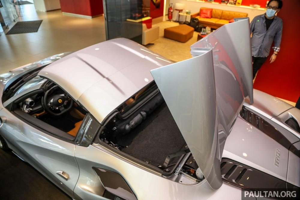 Ferrari F8 Spider thực chất là biến thể của siêu xe mui trần Ferrari F8 Tributo đang có mặt trong garage của Cường Đô-la. Như những chiếc siêu xe mui trần khác của Ferrari, mui xếp cứng của F8 Spider có thể đóng hoặc mở mui trong khoảng thời gian 14 giây hoặc vẫn có thể thực hiện ngay khi xe ở tốc độ dưới 50 km/h.