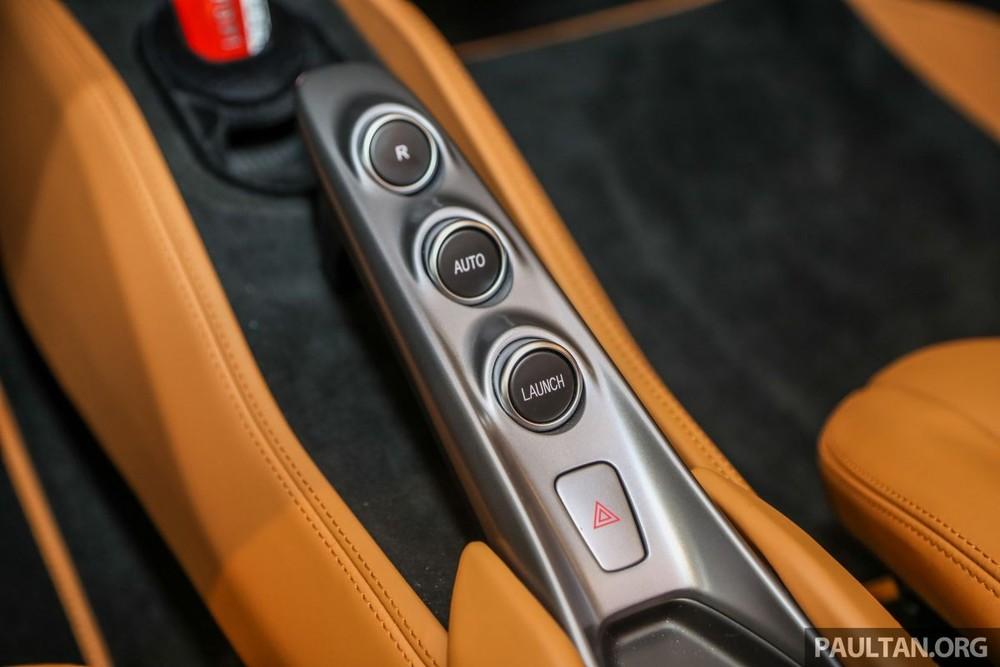 Siêu xe mui trần Ferrari F8 Spider đầu tiên đến Malaysia được trang bị động cơ V8, dung tích 3.9 lít, tăng áp kép, tạo ra công suất tối đa 711 mã lực và mô-men cực đại 770 Nm. Các thông số này tương đương với Ferrari 488 Pista Spider.