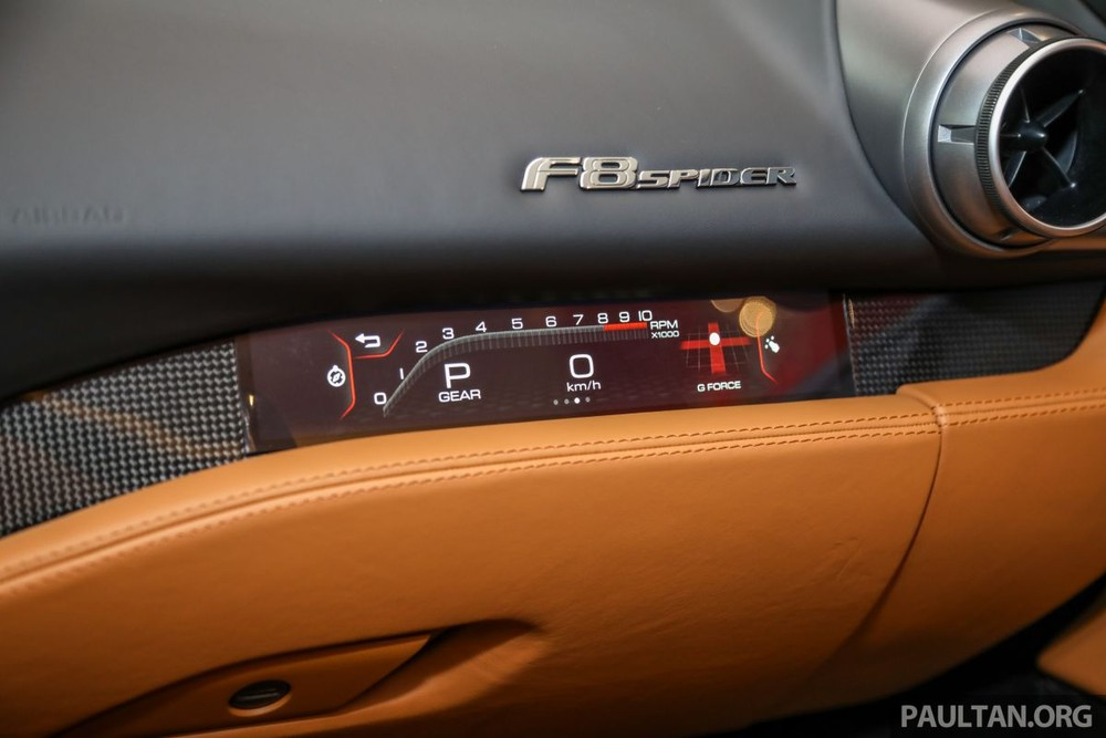 This power is transmitted to the rear wheel of the car through a 7-speed dual-clutch automatic transmission, so that the Ferrari F8 Spider convertible can accelerate to 100 km / h from a standstill position in only time. 2.9 seconds, 0 to 200 km / h in 8.4 seconds before reaching a top speed of 325 km / h when opening the roof and 340 km / h when the roof is closed.