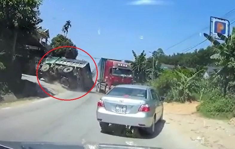 Chiếc xe ben lật ngang vì tránh xe container vượt ẩu