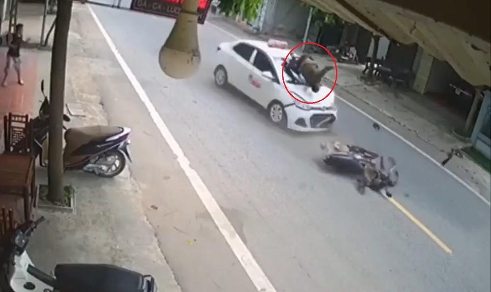 Người đàn ông đi xe máy bị hất văng lên nắp ca-pô
