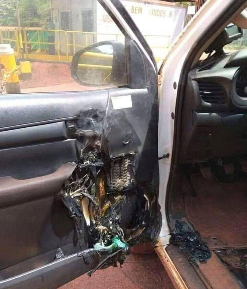 Mặt cửa bên ghế lái của chiếc ô tô bị chảy nhựa và biến dạng sau vụ cháy