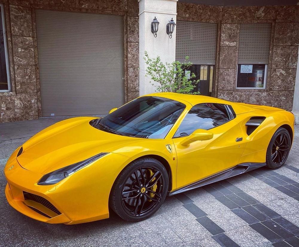 Ngoài bộ áo màu vàng mới thay bằng đề-can, chiếc siêu xe mui trần Ferrari 488 Spider này còn có các chi tiết carbon như ốp sườn, hốc gió bên hông và mâm 5 chấu kép sơn đen đối lập.