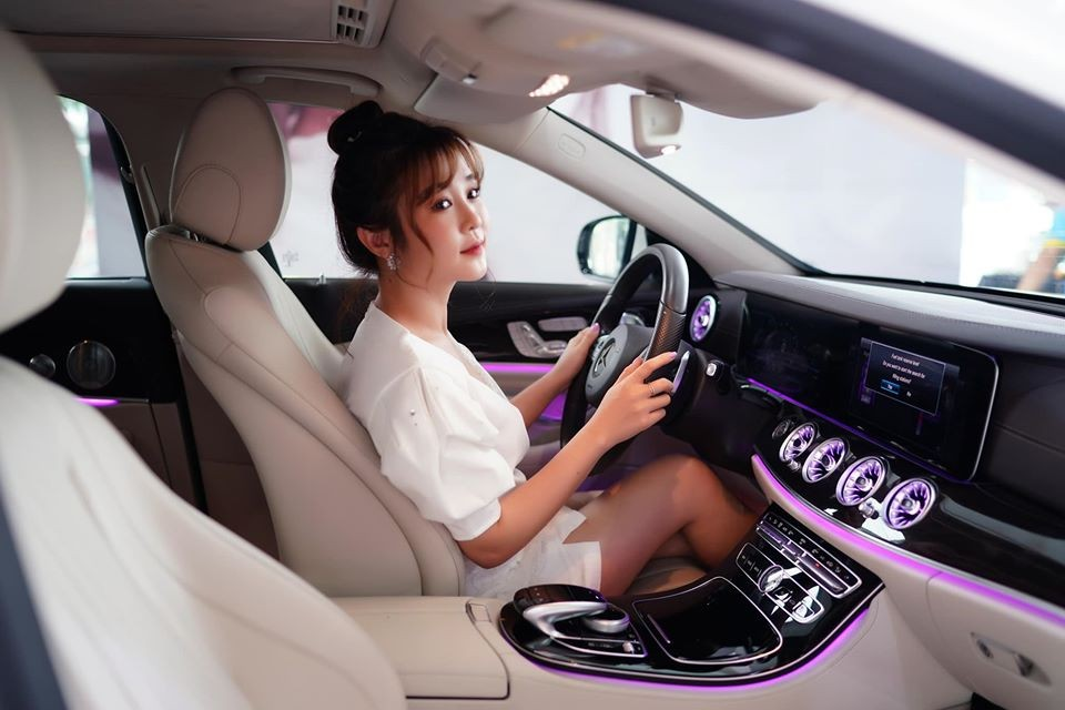 Nội thất xe Mercede-Benz E250 của Ribi Sachi