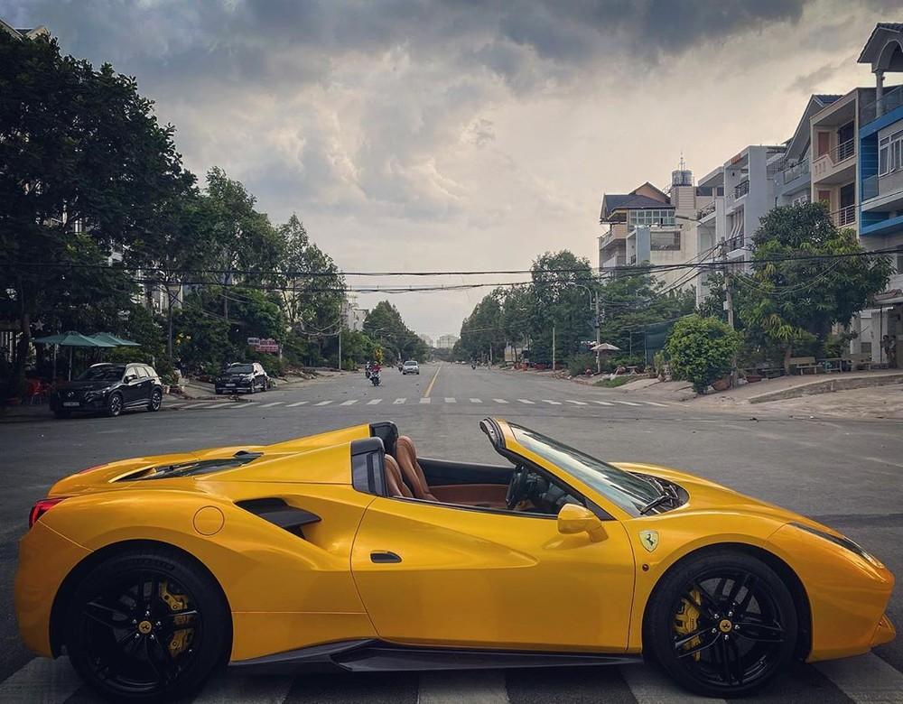 Vẻ đẹp của siêu xe mui trần Ferrari 488 Spider mới thay áo sang màu vàng khi được hạ mui. Hãng siêu xe Ferrari từng cho biết, phần mui cứng của Ferrari 488 Spider sẽ mất khoảng thời gian từ 14 đến 16 giây để đóng hoặc mở mui.