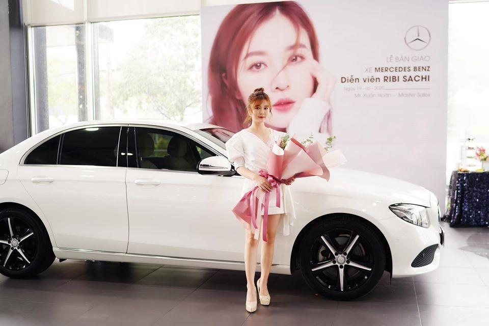 Hot girl Ribi Sachi cùng chiếc Mercedes-Benz E250 của mình