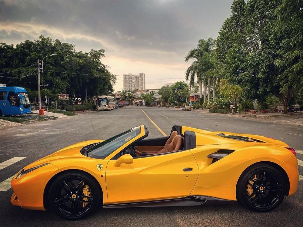 Ngay cả khi chủ nhân đang lái xe đến một đoạn đường tuyệt đẹp và cần mở mui nhanh để thưởng thức cảnh đẹp ngay cả khi xe đang chạy, điều họ cần làm trước khi ấn nút mở mui siêu xe Ferrari 488 Spider chính là tốc độ phải dưới 50 km/h.