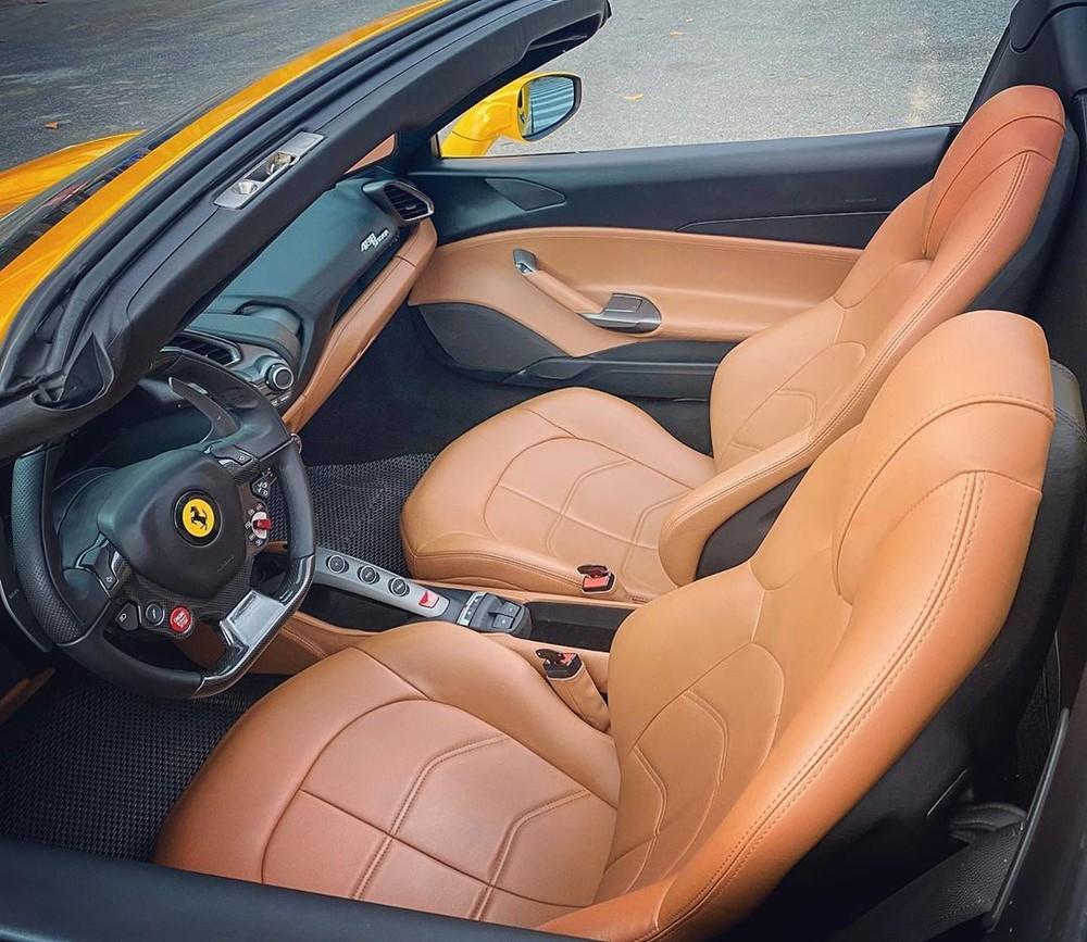 Siêu xe Ferrari 488 Spider vẫn sở hữu động cơ V8, tăng áp kép, dung tích 3.9 lít, sản sinh công suất tối đa 661 mã lực và mô-men xoắn cực đại 760 Nm tương tự như bản Coupe. Động cơ kết hợp cùng hộp số tự động 7 cấp, nhờ đó, chiếc siêu xe mui trần này chỉ mất khoảng 3 giây để tăng tốc lên 100 km/h từ vị trí xuất phát trước khi đạt vận tốc tối đa là 325 km/h.