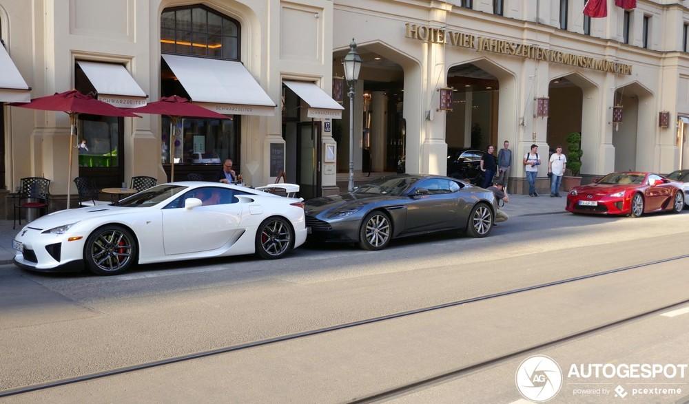 Hai chiếc Lexus LFA đỗ trên đường phố Munchen nước Đức