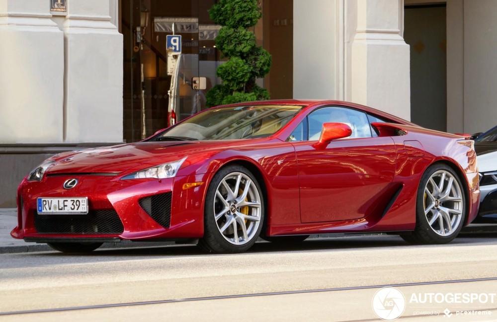 Các chủ nhân của xe Lexus LFA thường chọn màu trắng nên một chiếc Lexus LFA mang màu đỏ là rất khác lạ