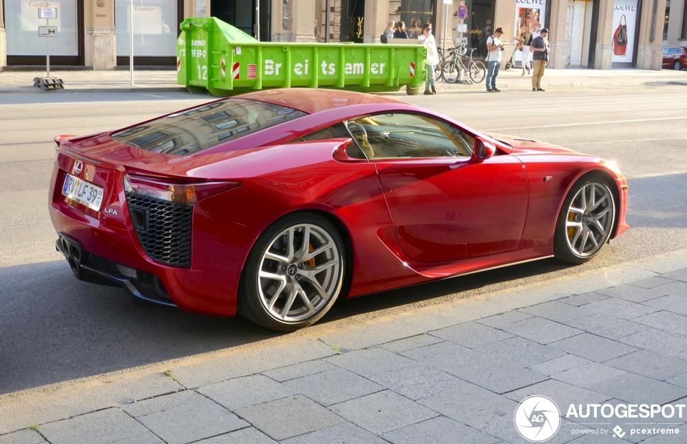 Lexus LFA sở hữu động cơ V10, dung tích 4.8 lít, sản sinh công suất tối đa 552 mã lực