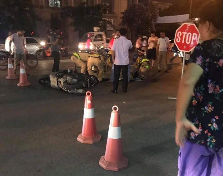 Hiện trường vụ thanh niên chạy xe máy thông chốt, tông CSGT bất tỉnh tại chỗ
