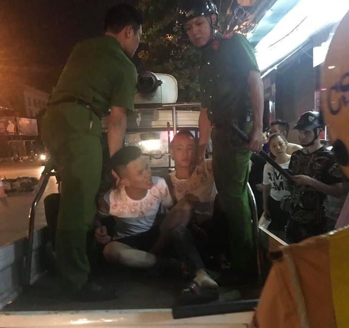 Hai thanh niên bị cảnh sát khống chế sau khi tông vào cảnh sát giao thông đang làm nhiệm vụ