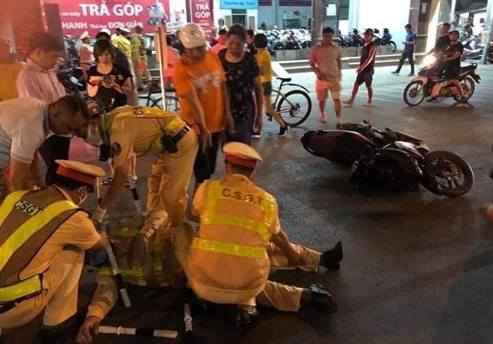 Cảnh sát giao thông nằm bất tỉnh dưới đường sau khi bị xe máy tông vào