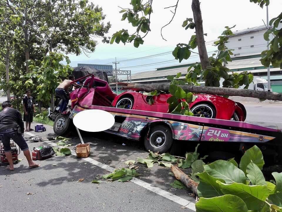 Lúc xảy ra tai nạn, xe cứu hộ đang chở theo siêu xe Ferrari LaFerrari