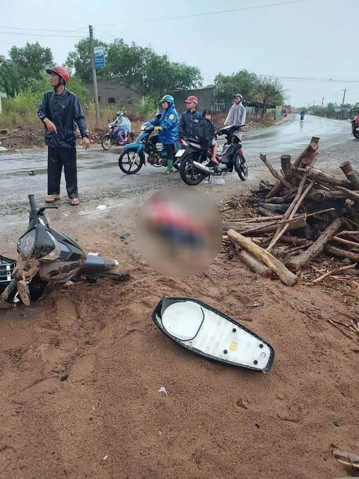 Một chiếc xe máy khác nằm đổ tại hiện trường