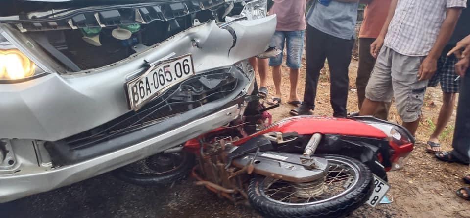 Chiếc Toyota Fortuner bị vỡ nát đầu xe