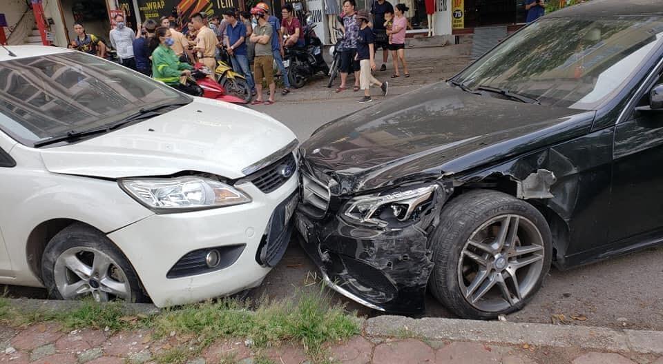 Chiếc Mercedes-Benz và Ford Focus đều bị biến dạng đầu xe
