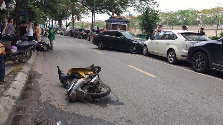 2 chiếc xe máy nằm đổ tại hiện trường